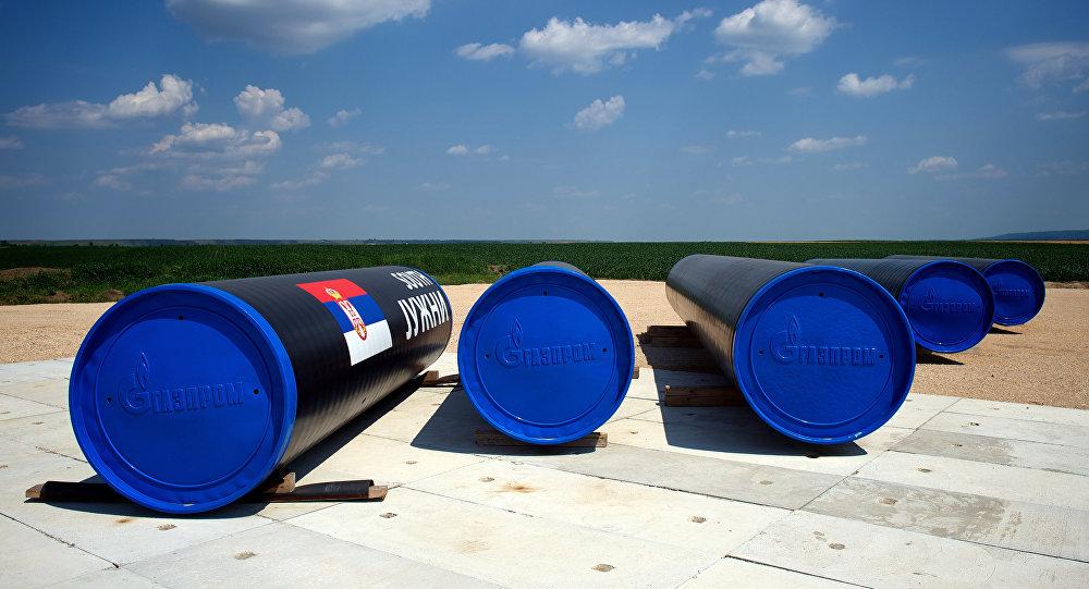 Partes do gasoduto South Stream (Corrente do Sul) no local onde foi iniciada a construção do gasoduto, Sérvia, 11 de julho de 2014