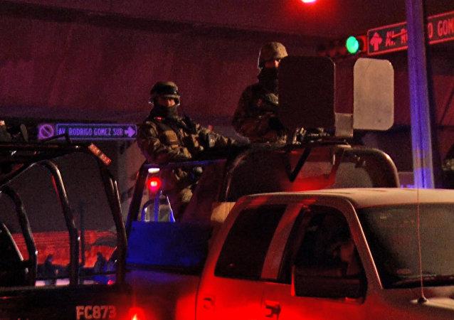 Forças de segurança na cidade de Monterrey, no México, onde, segundo a imprensa local, pelo menos 30 pessoas morreram em um motim na prisão de Topo Chico