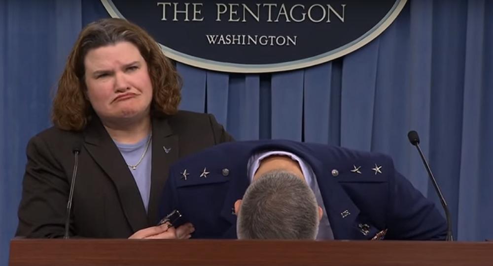 General da Força Aérea dos EUA desmaia durante briefing
