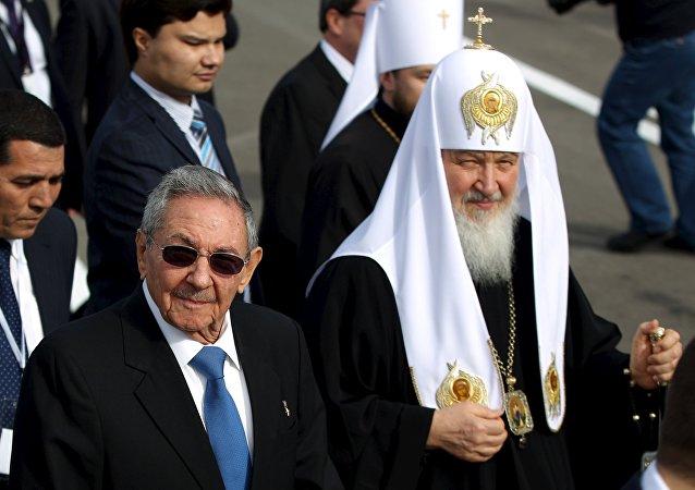 Patriarca Kirill, chefe da Igreja Ortodoxa Russa, é recebido pelo presidente de Cuba, Raúl Castro, em Havana, 11 de fevereiro de 2016.