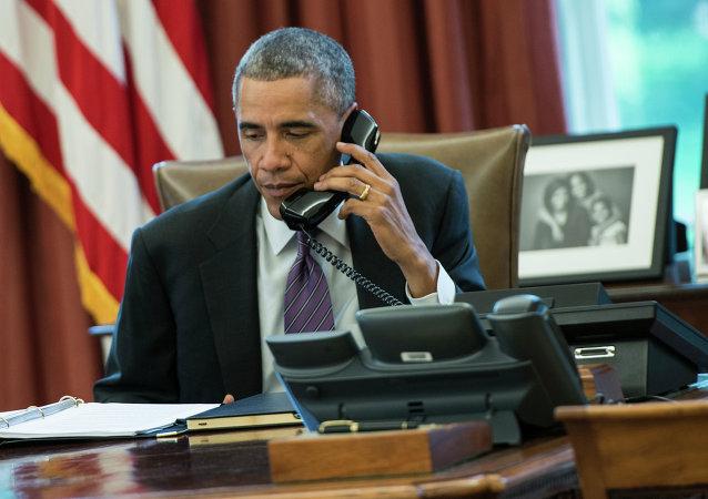 O presidente dos EUA, Barack Obama, fala ao telefone na Casa Branca
