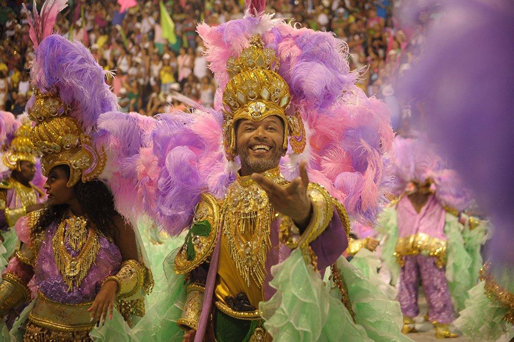 O verde-e-rosa da Mangueira toma a Sapucaí no Desfile das Campeãs