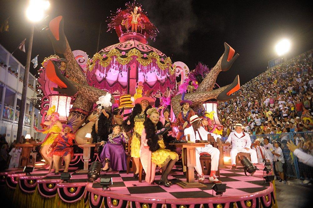 Carros alegóricos e fantasias são especialidades do carnaval carioca