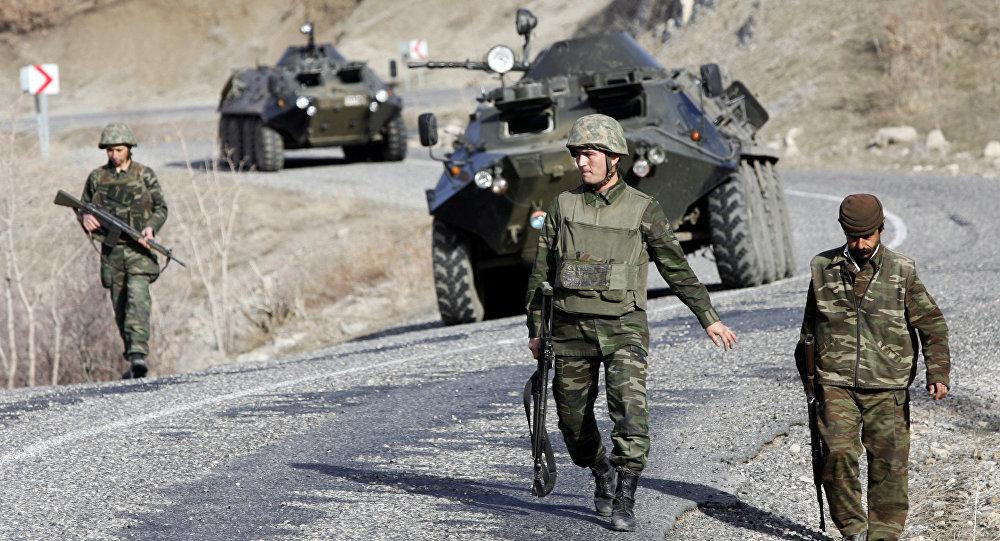 Soldados turcos patrulham uma rodovia na província de Sirnak, de população majoritariamente curda (arquivo)