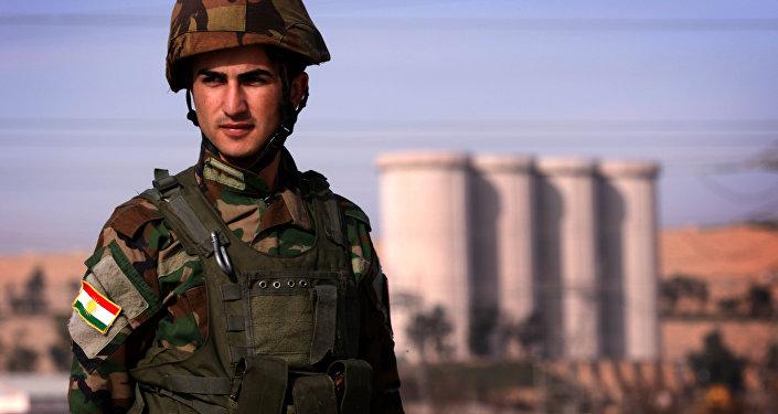 Membro do peshmerga, grupo armado curdo,  toma posição perto de represa Mosul do rio Tígre, Iraque, 1 de fevereiro de 2016
