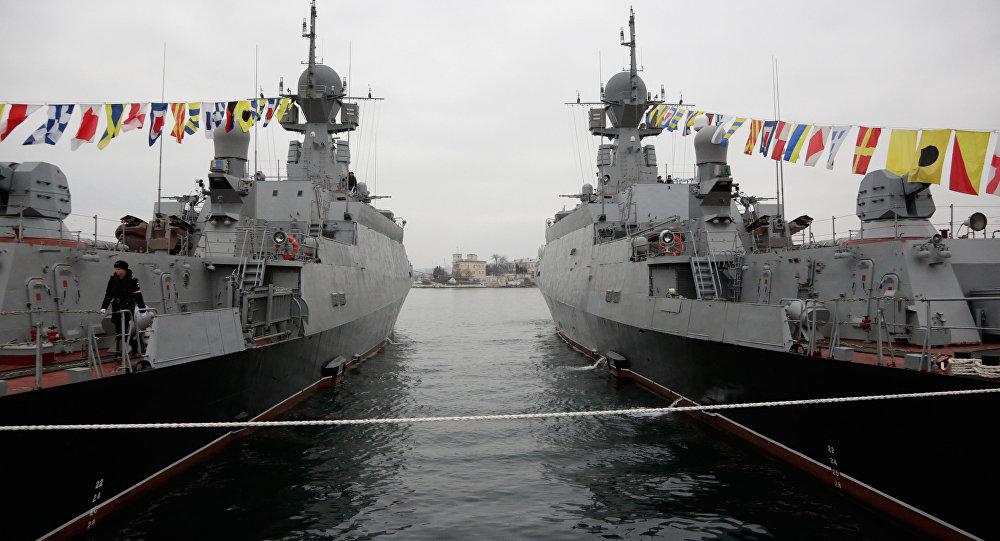Fragatas 'Zelyoniy Dol' (esquerda) e 'Serpukhov', da Frota Russa do Mar Negro, baseada em Sebastopol