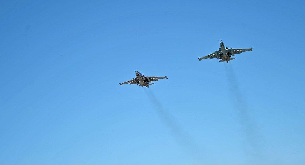 Aviões de assalto russos Su-25 no céu da Síria, base aérea de Hmeymim, Síria