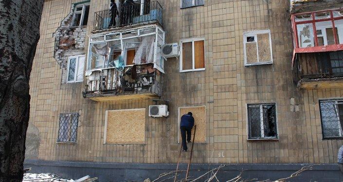 Prédio danificado por bomba em Donetsk