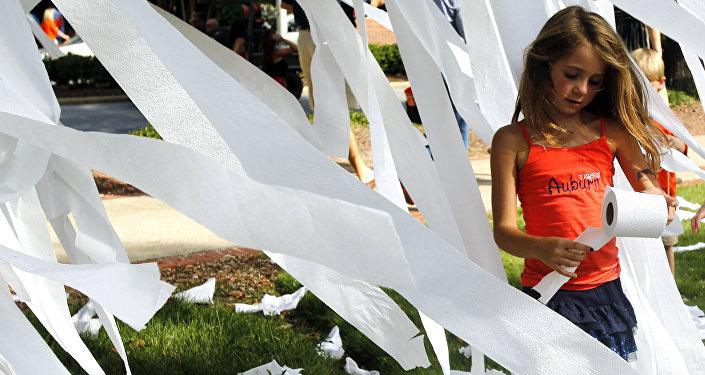 Uma menina entre rolos e faixas de papel higiênico