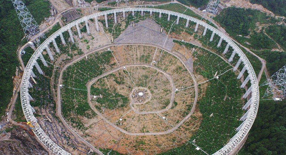Telescópio gigantesco FAST está construído em Pingtang na província sudoeste chinesa de Guizhou, China, 29 de julho de 2015