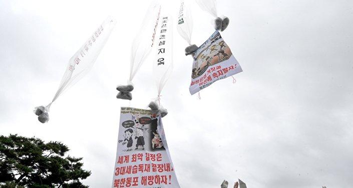 Ativistas anti-norte-coreanos lançam balões de ar quente de polietileno com cartazes e folhetos com críticas do regime de Pyongyang, Seul, Coreia do Sul