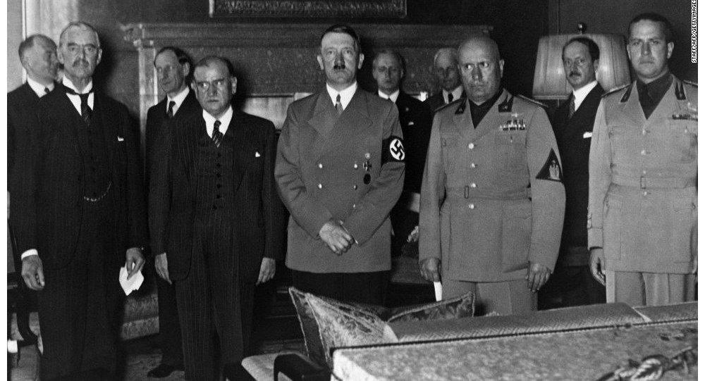 Hitler, Mussolini, Chamberlain e Daladier na assinatura do acordo de Mônaco.