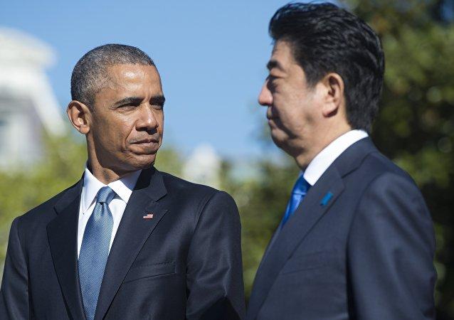 Presidente norte-americano, Barack Obama, e o primeiro-ministro japonês, Shinzo Abe, durante a cerimônia de bem-vindo, Casa Branca, Washington, EUA, 28 de abril de 2015