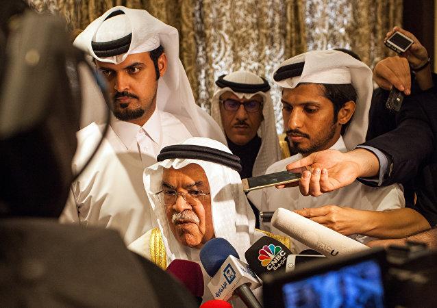 Ali al-Naimi, ministro do Petróleo e Recursos Minerais da Arábia Saudita, fala com jornalistas depois da conferência de 16 de fevereiro