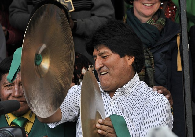 O presidente da Bolívia, Evo Morales, toca címbalos durante carnaval em Oruro, em 6 de fevereiro