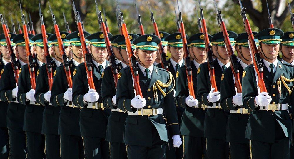 Guarda de honra da Força de Autodefesa do Japão participa da cerimônia de bem-vindo do ministro da Defesa tcheco, Martin Stropnicky, Tóquio, Japão, 4 de dezembro de 2015
