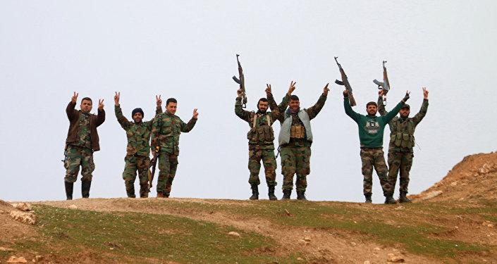 Militares sírios acenam com as mãos depois de ter tomado o controle da vila de Kiffin, província de Aleppo, Síria, 11 de fevereiro de 2016