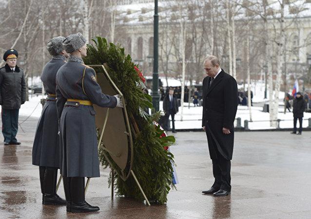 O presidente russo, Vladimir Putin atende a uma cerimónia, marcando o Dia do Defensor da Pátria perto do Túmulo do Soldado Desconhecido, Kremlin, 23 de fevereiro de 2016.