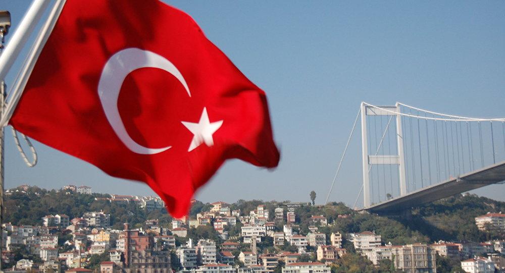 Bandeira turca no Estreito de Bósforo