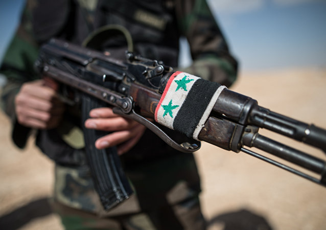 Soldado do Exército sírio nos arredores da cidade de Mhin, Síria, 20 de fevereiro de 2016