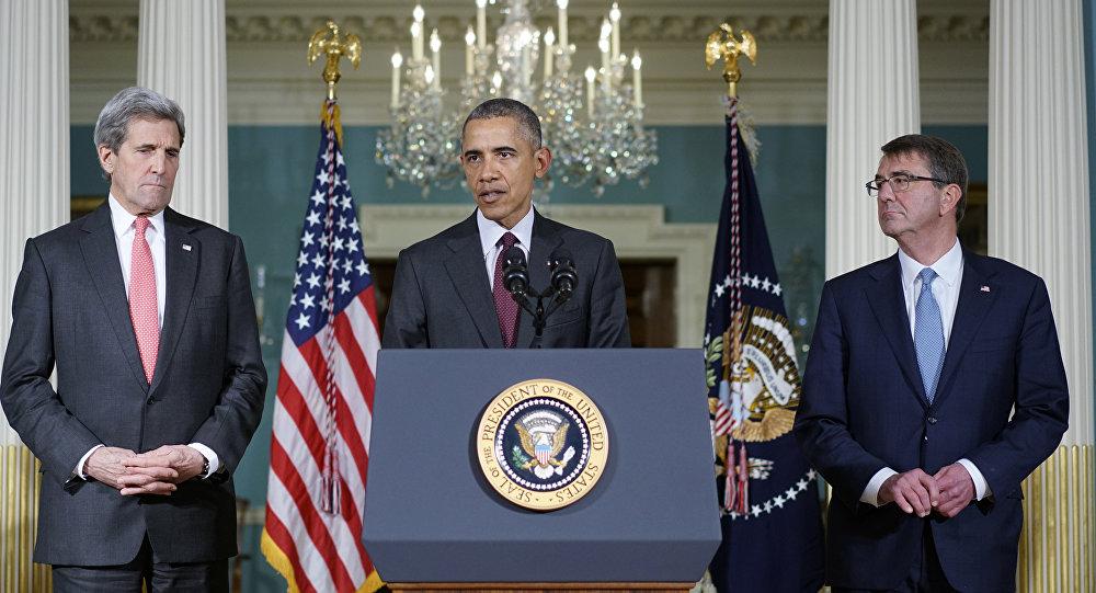 Presidente norte-americano Barack Obama discursa entre o Secretário de Estado John Kerry e o Secretário de Defesa Ashton Carter, depois da reunião do Conselho de Segurança Nacional dos EUA, Washington, EUA, 25 de fevereiro de 2016
