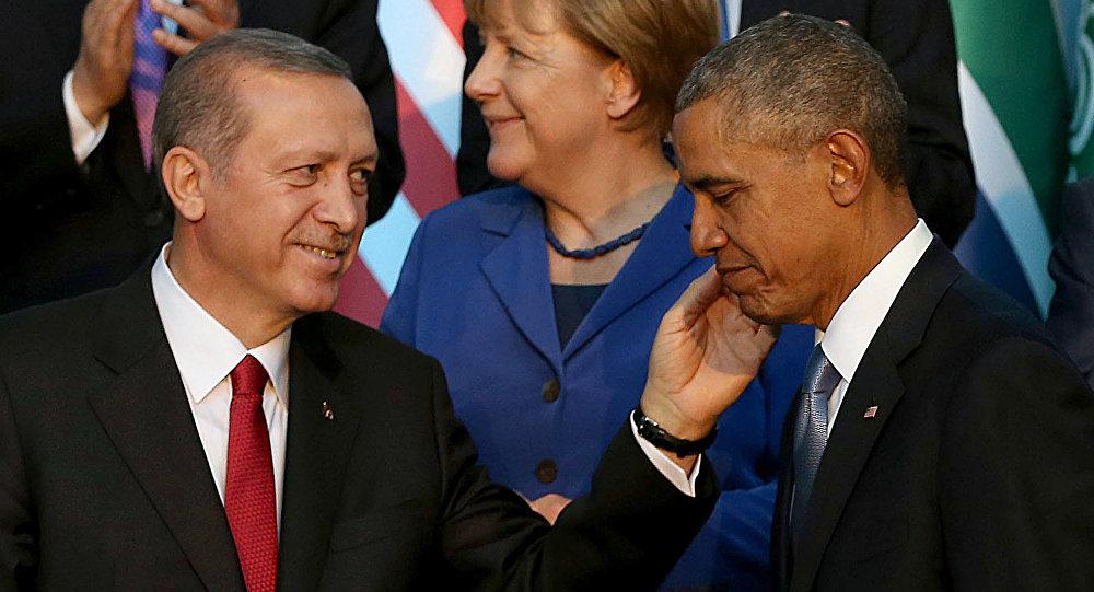 Presidente da Turquia, Recep Tayyip Erdogan (L) fala com Barack Obama (R), presidente dos EUA