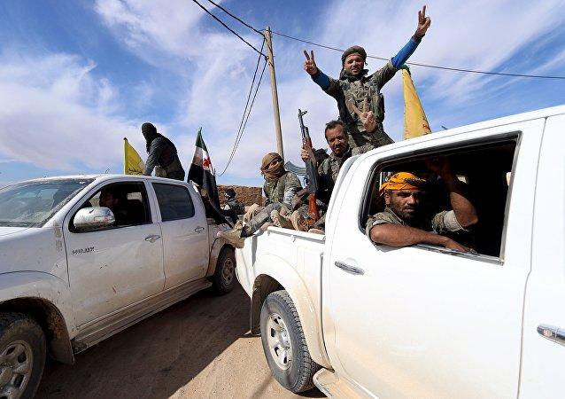 Forças Democráticas da Síria e combatentes do Exército Sírio Livre em uma aldeia nos arredores da cidade de al-Shadadi, campo de Hasaka, Síria (foto de arquivo)