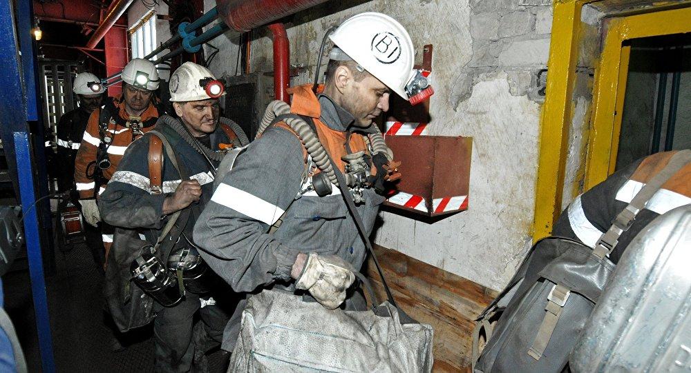 Os serviços de emergência depois do desmoronamento na mina de Severnaya, fevereiro,25, 2016