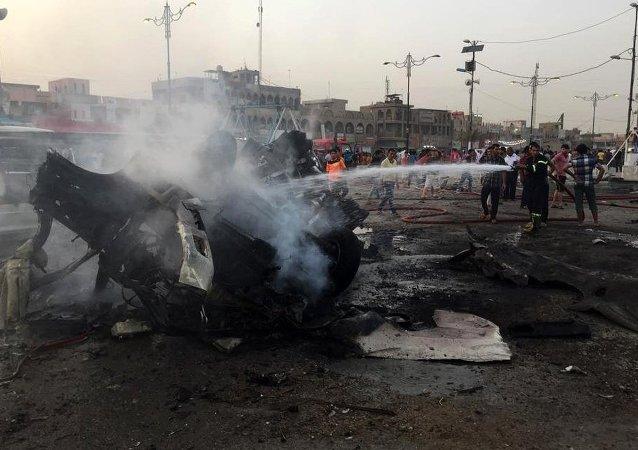 Bombeiros iraquianos apagam fogo  após explosão de carro-bomba no distrito xiita