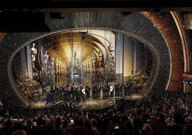 Vencedores do Oscar 2016 sobem ao palco no final da cerimônia de premiação