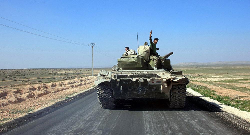 Soldados das forças sírias pró-governamentais na estrada que liga Ithriya com Khanasser, Síria, 29 de fevereiro de 2016
