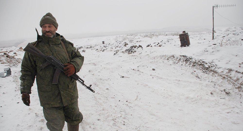 Um membro do 1 Batalhão da Primeira Brigada Eslava da RPD perto da linha de demarcação, em janeiro de 2016