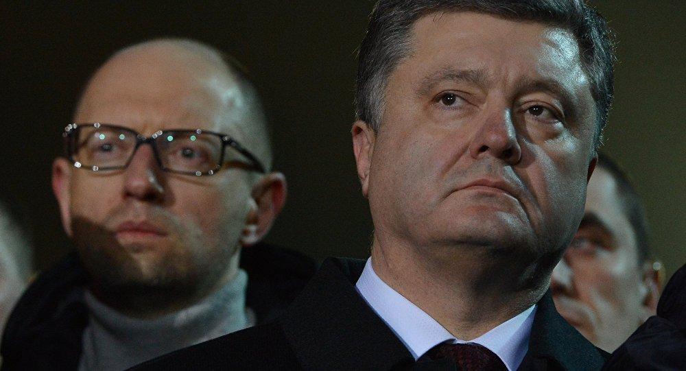 Primeiro-ministro da Ucrânia Arseny Yatsenyuk e presidente ucraniano Pyotr Poroshenko participam da cerimônia de comemoração dos trágicos eventos do Maidan, em  fevereiro de 2014. Kiev, Ucrânia, 21 de fevereiro de 2015