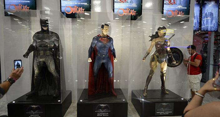 Costumes de herois do filme Batman vs Superman: A Origem da Justiça exibidas no âmbito de Comic Con International 2015