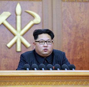 Líder norte-coreano Kim Jong-un dirige-se aos cidadãos do país com uma mensagem de parabéns pelo Ano Novo, Pyongyang, Coreia do Norte, 1 de janeiro de 2016