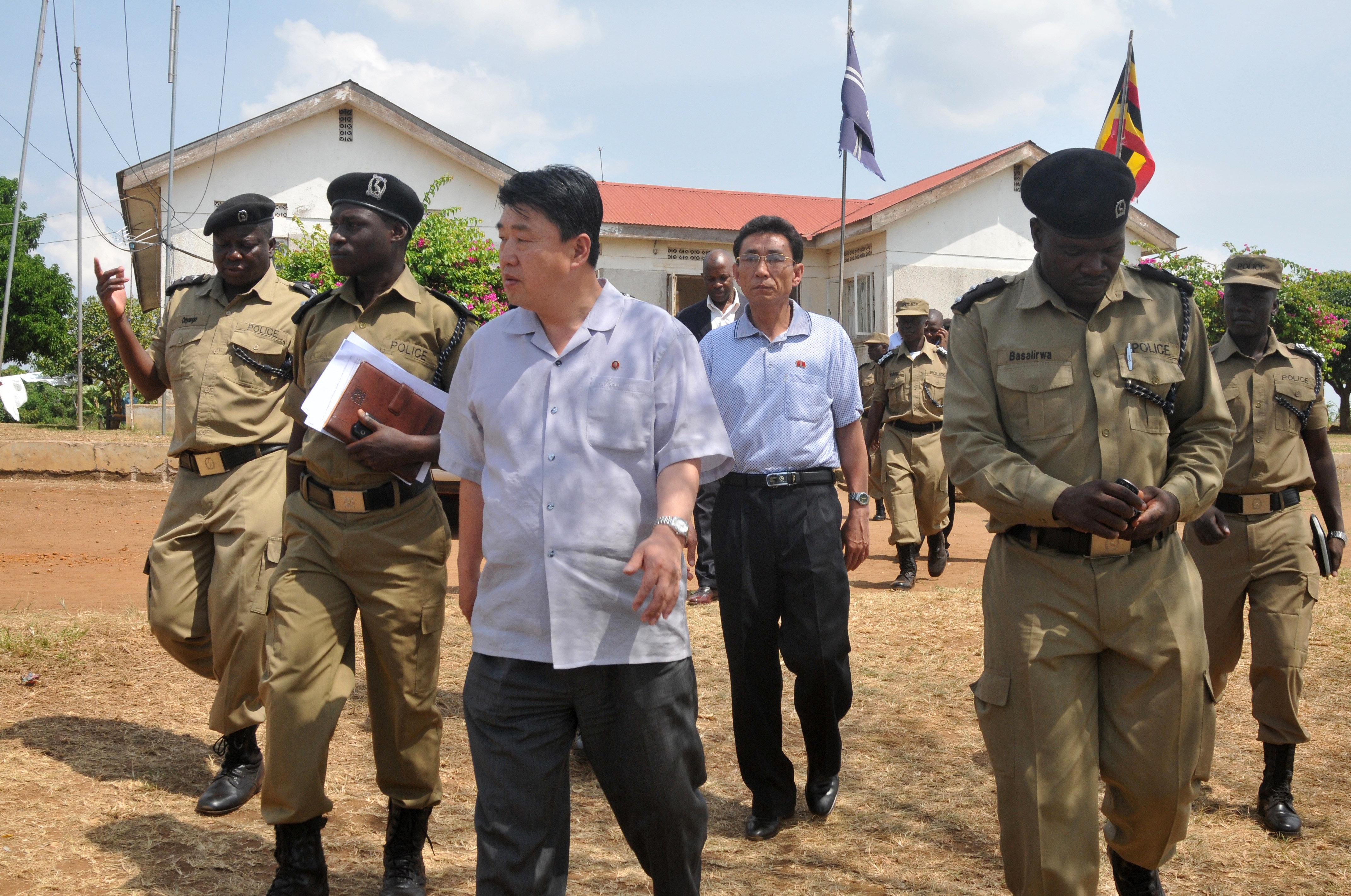 Vice-ministro de Segurança Popular norte-coreano, Ri Song Chol, visita a academia de treinamento de polícia em Kampala, Uganda, junho de 2013