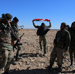 Soldados do Exército sírio na colina perto da cidade de Mhin, província de Homs