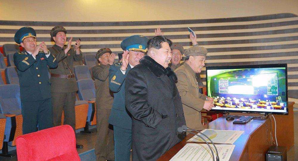 líder norte-coreano Kim Jong Un vê foguete de longo alcance
