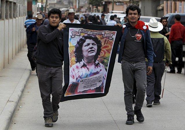 Homens carregam imagem de Berta Cáceres em funeral da líder indígena assassinada em Honduras