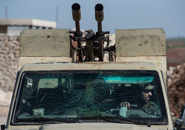 Um militar do Exército sírio em um veículo de combate, no povoado de Ohrus (imagem referencial)