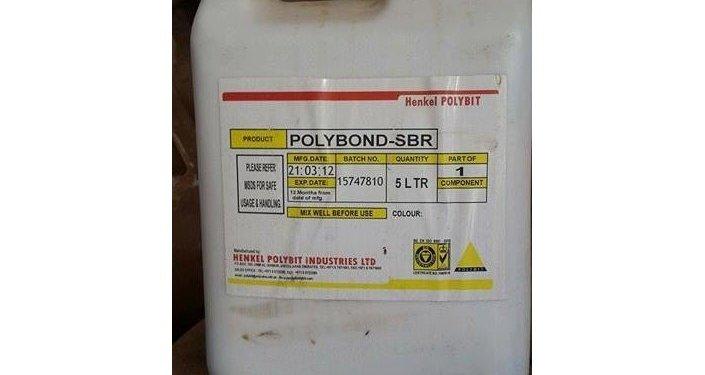 Tanque com a substância química usada na construção Polybond.SBR, encontrado no armazém de armas químicas do Daesh na cidade de Ramadi, Iraque, 4 de março de 2016