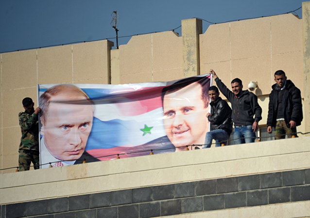 Estudantes em Homs realizam manifestação em favor da operação militar russa na Síria