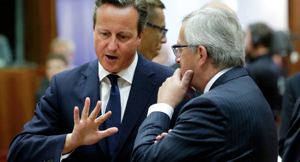 David Cameron (E), primeiro ministro britânico, conversa com Jean-Claude Juncker, presidente da Comissão Europeia
