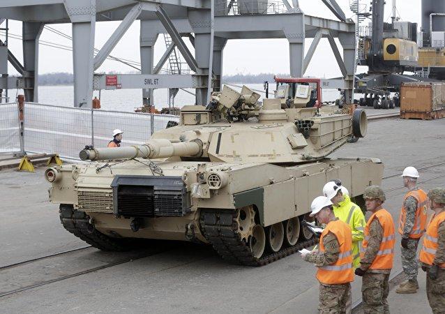 Tanque norte-americano no porto de Riga, na Estônia