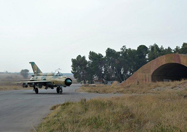 MiG-21 da Força Aérea síria se prepara para missão na base aérea de Hama
