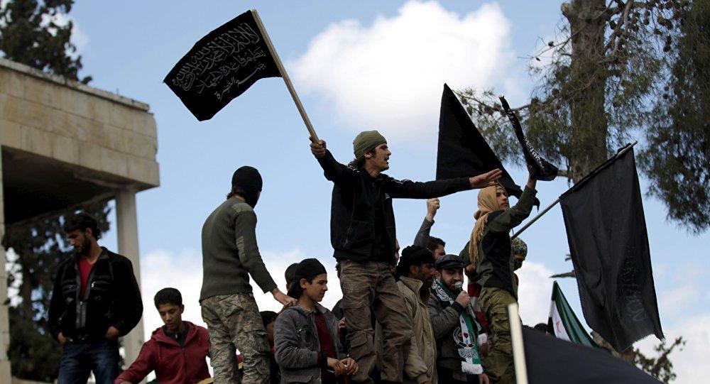 Manifestantes com bandeiras da Frente al-Nusra durante protesto contra o governo em Marat Numan, Idlib, Síria, em 11 de março de 2016