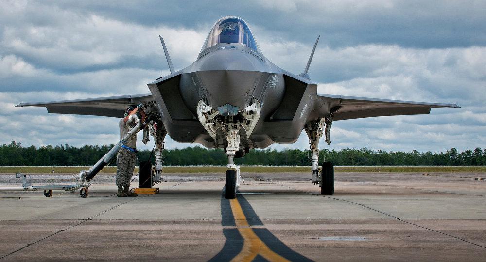Caça F-35 being sendo reabastecido na Base Aérea de Eglin, na Flórida