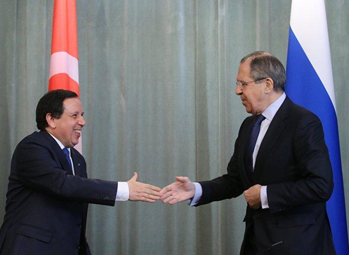 Sergei Lavrov (direita) e Khemaies Jhinaoui se cumprimentam antes de iniciar coletiva de imprensa em 14 de março de 2016