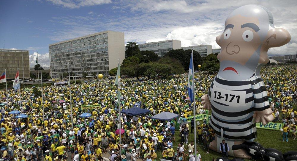 Um boneco inflável conhecido como Pixuleco do ex-presidente do Brasil, Luiz Inácio Lula da Silva, é visto durante um protesto próximo do Congresso Nacional em Brasília (março de 2016).