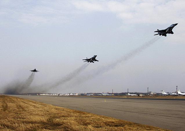 Ensaio de grupo de pilotagem para a Parada de Vitória de 2010 no aeródromo Chkalovsky, região de Moscou, Rússia